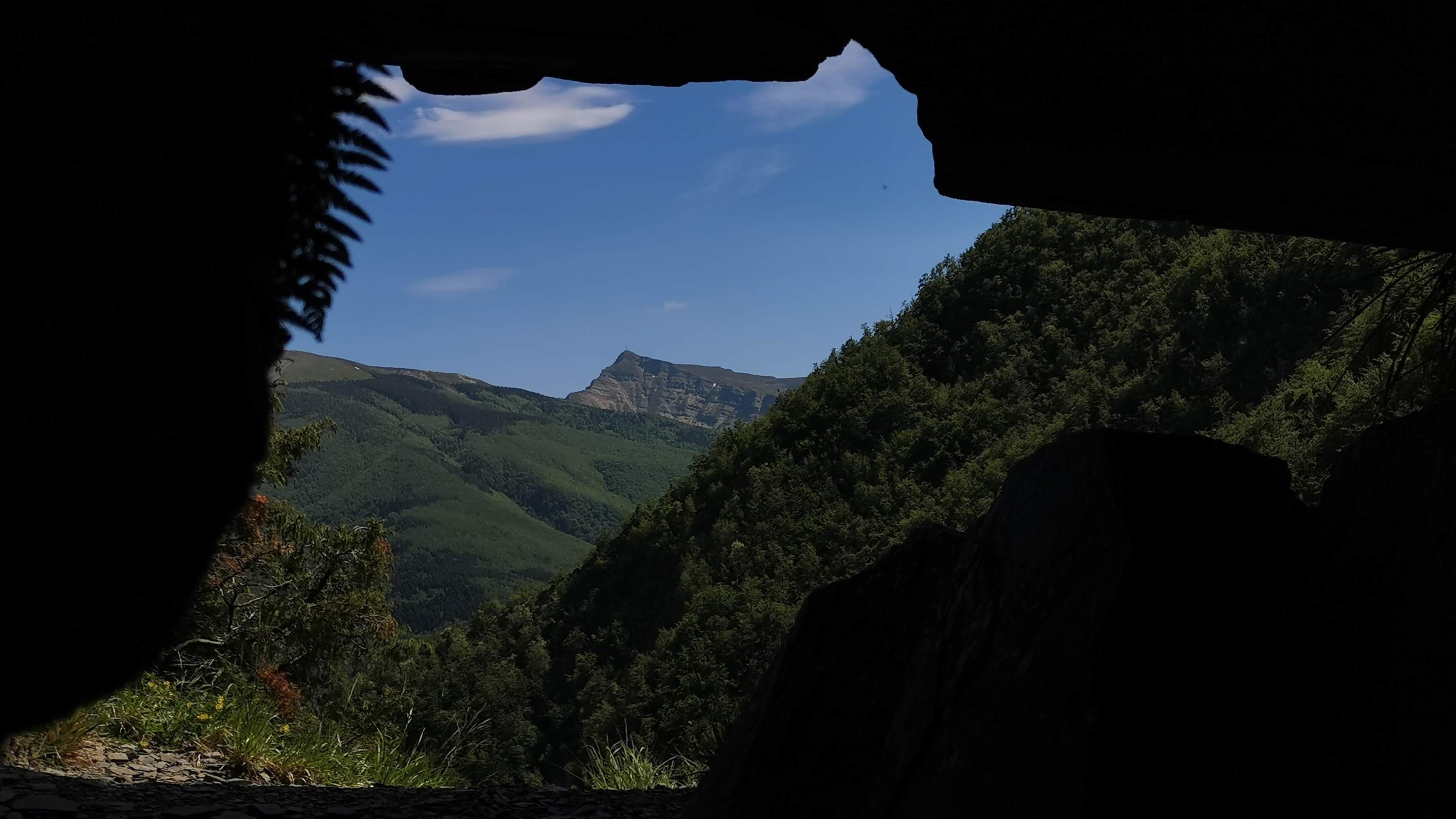 Lago di pratignano, appennino modenese, imboccatura grotta Tana delle fate