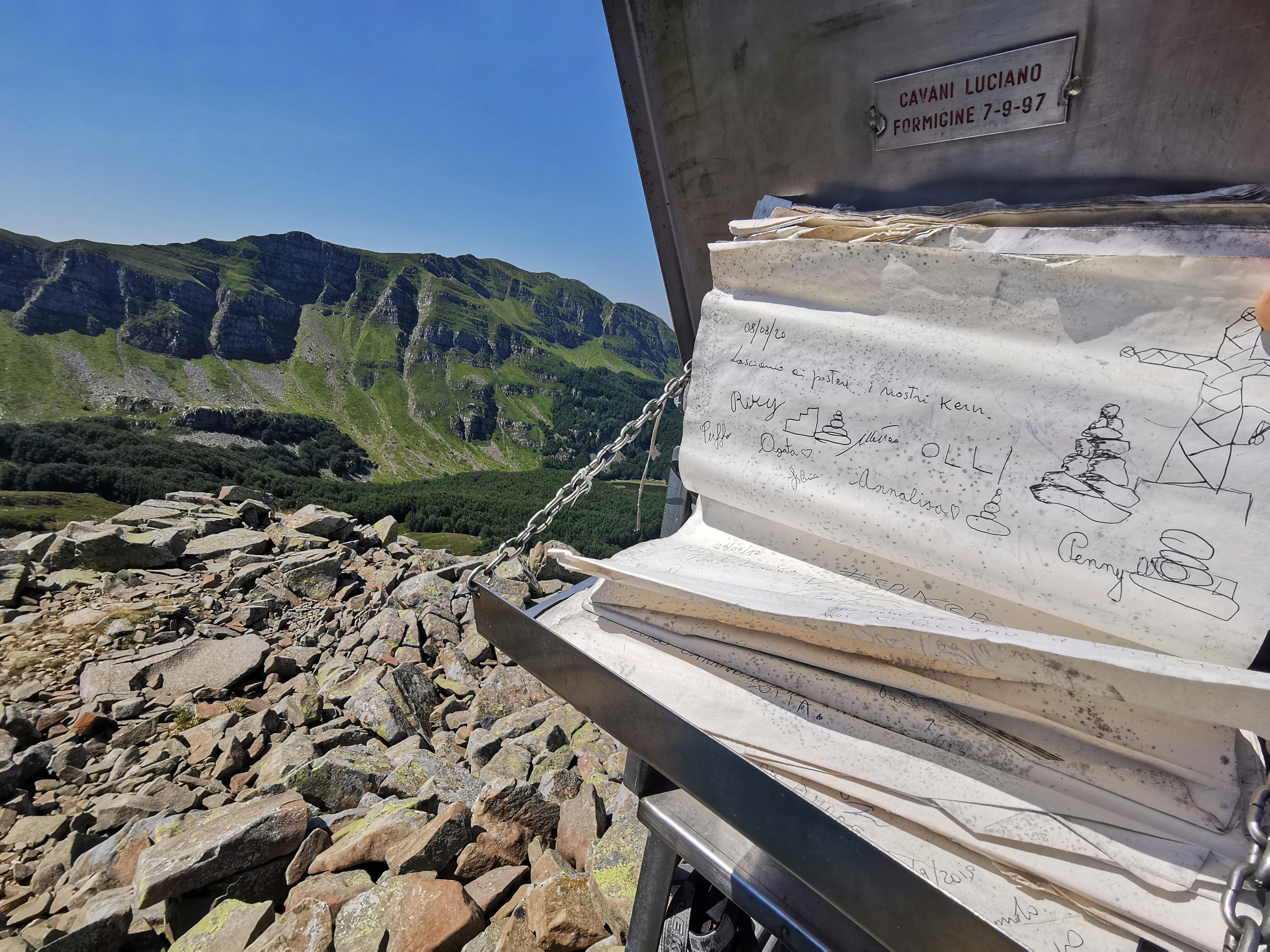 Libro di vetta sul Monte Rondinaio Lombardo
