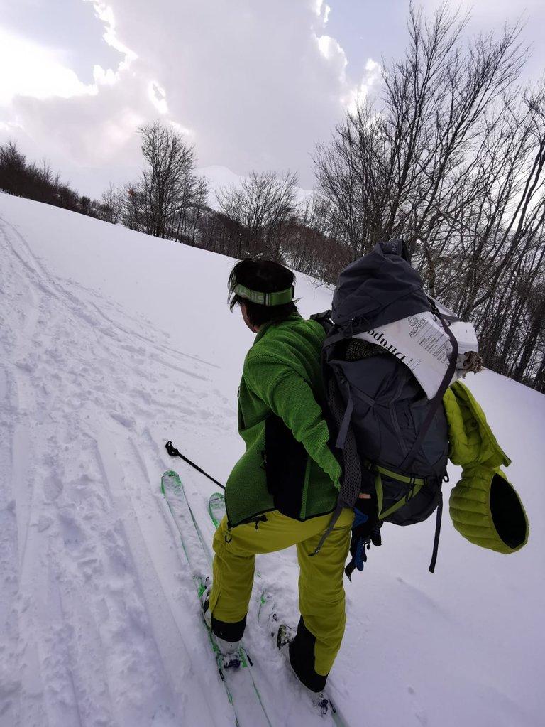 Salita con gli sci e xaino pieno