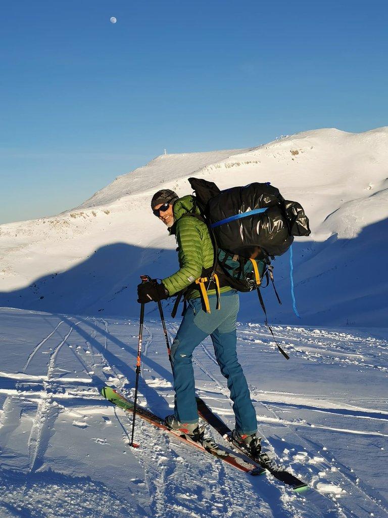 Discesa con gli sci e zaino pieno