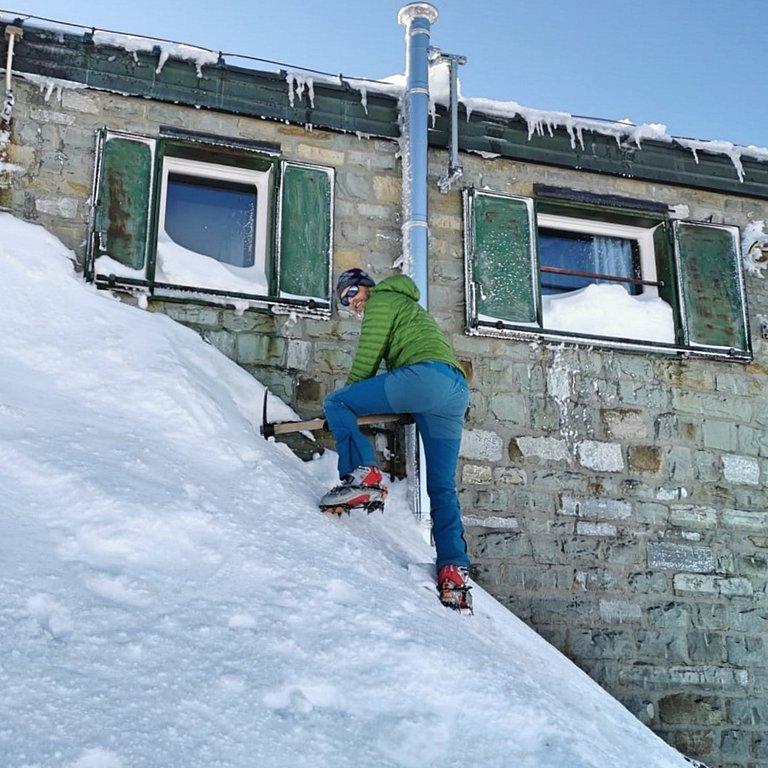 Rifugio alpino e neve fino al tetto