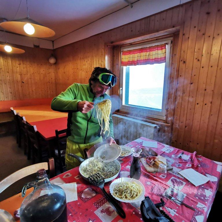 preparazione del pranzo con piatto fumante