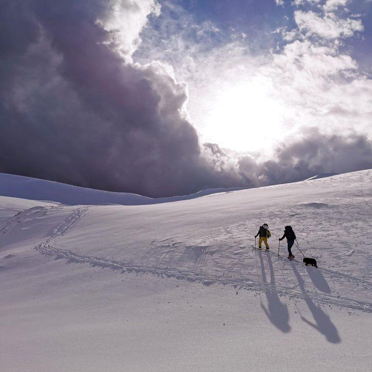 Montagna innevata con scialpinisti